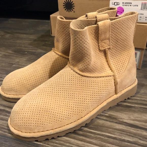 90b5b029bf2 UGG Classic ULD Mini Perf Boots US7 tan booties